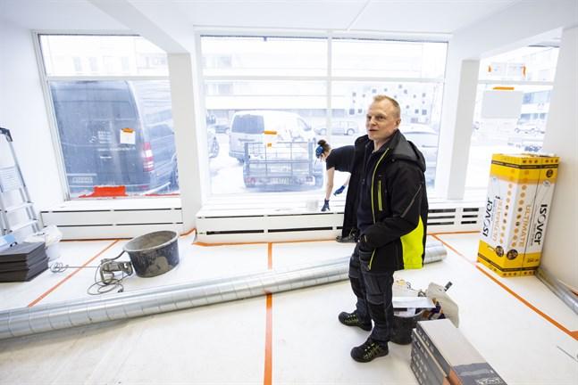Sami Harju är nöjd med det nya utrymmet, som erbjuder parkeringsplats och bra plats för att visa upp produkter.
