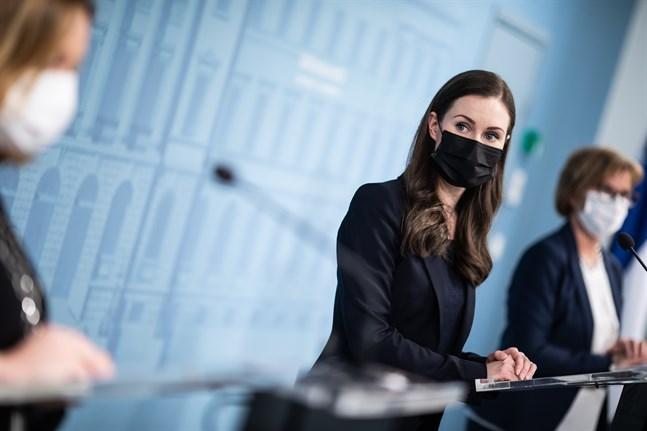 Statsminister Sanna Marin informerade tillsammans med justitieminister Anna-Maja Henriksson och familje- och omsorgsminister Krista Kiuru om ibruktagandet av fyra paragrafer i beredskapslagen på fredagen.