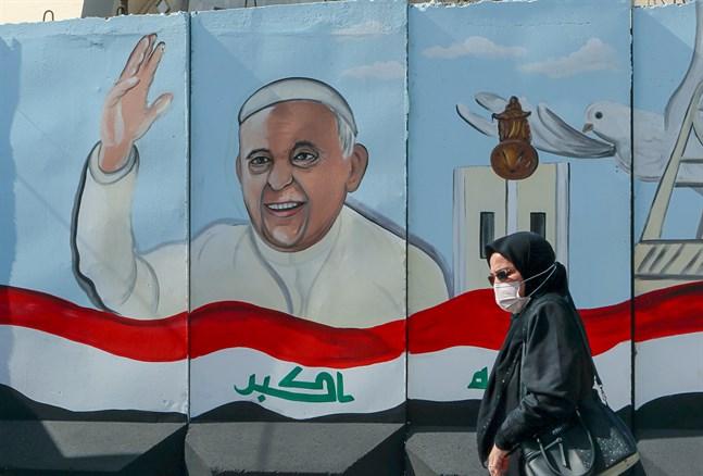 En muralmålning av påven i Bagdad.