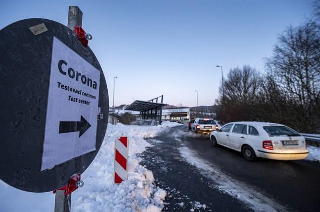 Bilar köar till en provtagningsstation vid gränsen mellan Tjeckien och Tyskland.