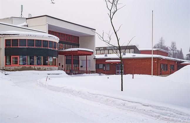 Zachariasskolan får en ny klasslärare och en ny mattelärare, Metsäkulman koulu en ny klasslärare. Ingen av de två som hade sökt tjänsten som matematiklärare var behörig och tjänsten besätts endast för ett år.