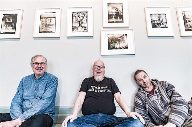 Vännerna och kollegorna Michael Neunstedt, Rune Snellman och Jari Eklund ställer ut tillsammans på ITE-museet i Karleby. Temat är stadsdelen Yxpila.