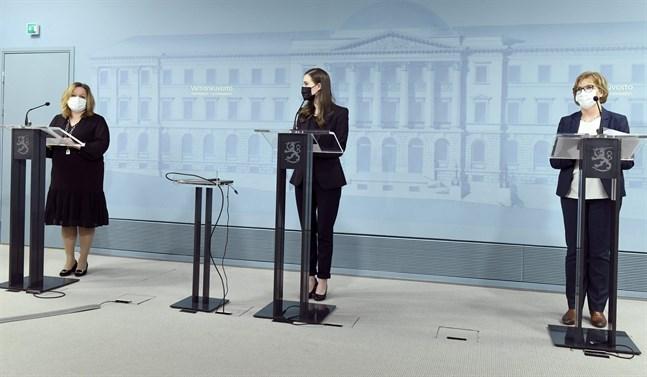 Familje- och omsorgsminiser Krista Kiuru (SDP), statsminister Sanna Marin (SDP) och justitieminister Anna-Maja Henriksson (SFP) på regeringens presskonferens på fredagen.