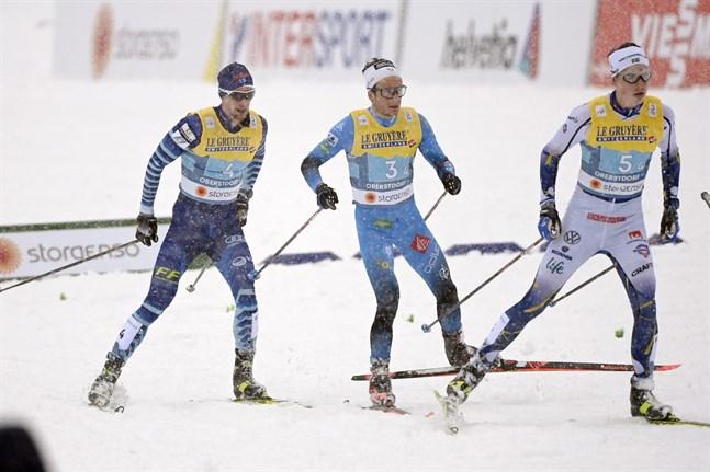 Joni Mäki (till vänster) var chanslös då fransmannen Jules Lapierre avgjorde kampen om VM-bronset med stark åkning uppför. William Poromaa förde Sverige i mål som fjärde.