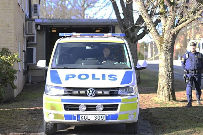 Den misstänkte för Vetlandaattacken kördes i polisbil till och från häktningsförhandlingen i Eksjö tingsrätt.