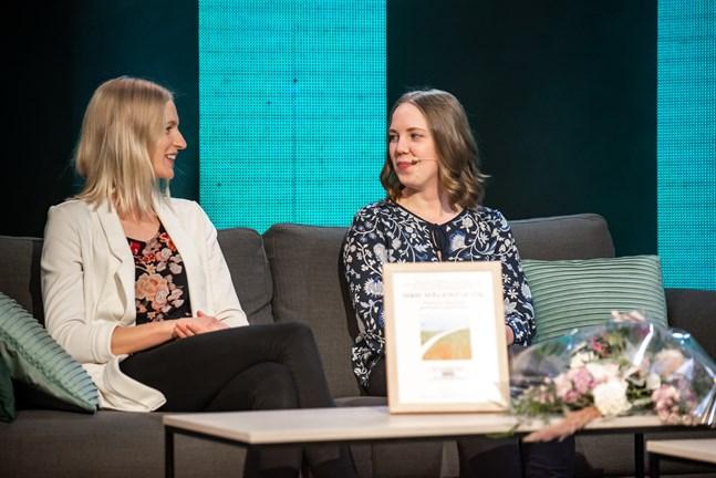 Marica Ingves och Marina Lassfolk med företaget M & M Målerifix fick priset för unga företagare på entreprenörsgalan.