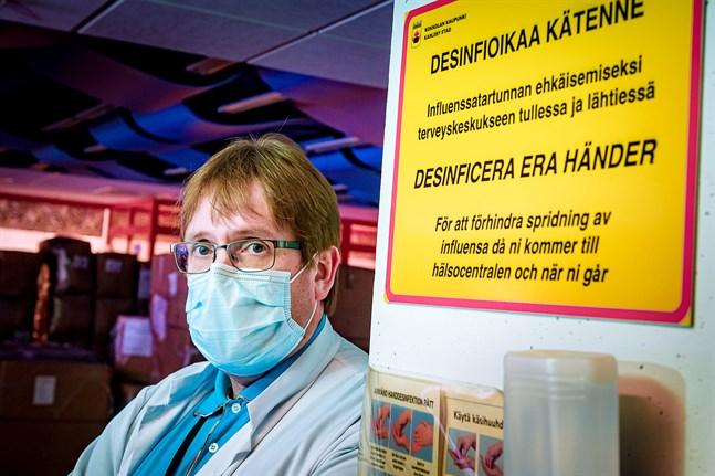 Just nu är det inte läge att ordna stora folksamlingar. Jag vill påminna alla att följa rekommendationerna, att använda mask i alla typer av närkontakter och i mån av möjlighet arbeta på distans, säger infektionsöverläkare Marko Rahkonen.