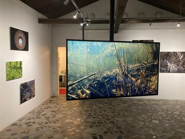 """Marcus Lerviks """"Videoinstallation 2020"""" visas på en utställning i Seinäjoki."""