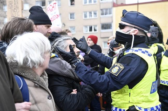 Polisen har uppmanat demonstranterna att lämna torget i centrala Stockholm.