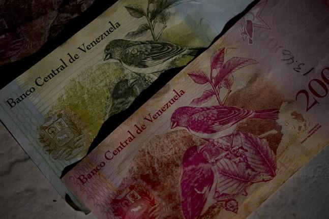 Gamla, i princip värdelösa, venezuelanska sedlar. Arkivbild.