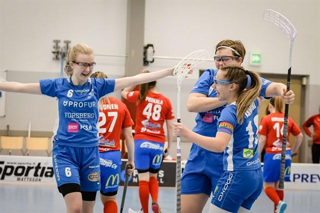 Emma Vähäkangas (nummer 6) fick jubla två gånger i slutperioden mot SS Nova. Men liksom Noora Isomäki och Lina Nyby får hon ta ny fart i nästa kvalomgång.