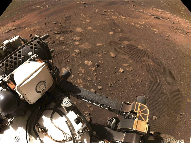 Foto taget av Perseverances rover under dess första korta tur på Mars.