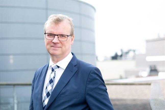 Generaldirektör Markku Tervahauta vid Institutet för hälsa och välfärd tonar nu ned prognosen om 11000 coronafall per dag i april.