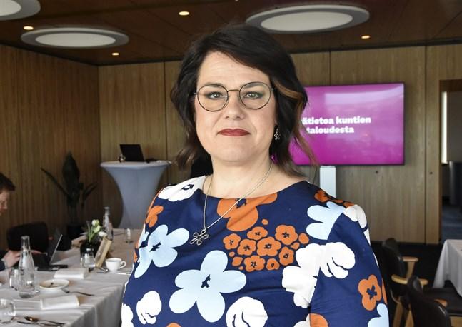 Kommunförbundets verkställande direktör Minna Karhunen anser att coronaepidemin har försämrat kommundirektörernas arbetshälsa.