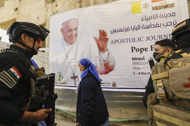 Irakiska soldater på plats i Mosul under påve Franciskus besök.