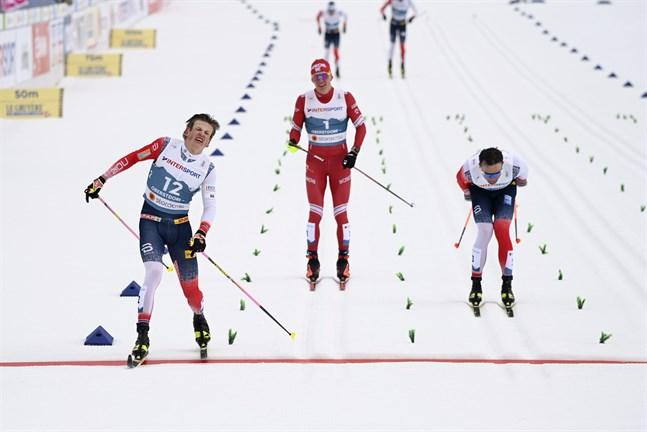 Johannes Hösflot Kläbo var först över mållinjen efter en dramatisk uppgörelse mot Aleksandr Bolsjunov. Eftersom Bolsjunov bröt staven hann också Emil Iversen förbi på upploppet.