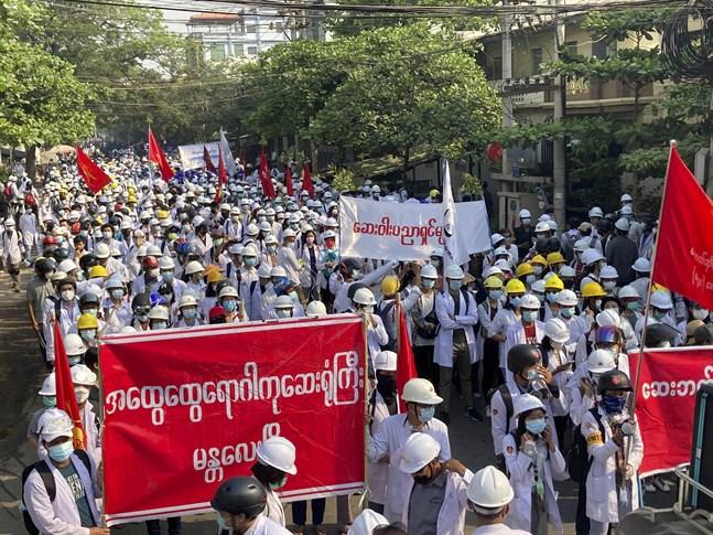 Demonstration i Myanmars andra stad Mandalay på söndagen.