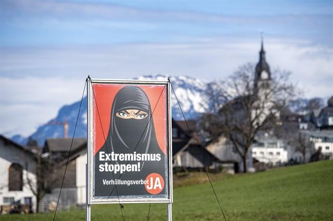Heltäckande slöja kopplas samman med extremism på förbudssidans affischer.