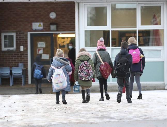 Elever kommer till Manor Park School and Nursery i Knutsford, Storbritannien, den 4 januari. Efter distansundervisning får de återigen komma till skolan i dag.