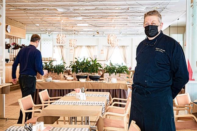 Juho Jokinen, vd vid Hotelli Polaris säger att lunchserveringen fortsätter endast som personalmatsal för de företag som han har tecknat avtal med.