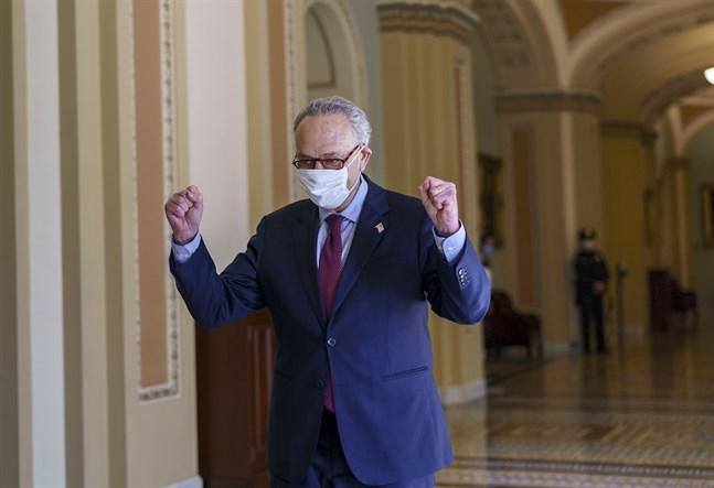 Senatens demokratiske majoritetsledare Chuck Schumer, kort efter att virushjälppaketet fick tumme upp i hans kammare.