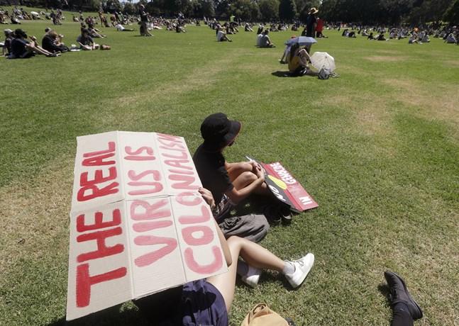 """""""Kolonialismen är det riktiga viruset"""" står det på skylten under en protest som hölls i Australien i januari i år."""