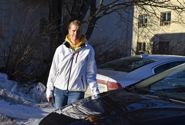 Bilskolan Trexos ägare Lena Stenström säger att det i Karis är fler 17-åringar som tar körkort än 18-åringar efter att det blev lättare att få åldersdispens.
