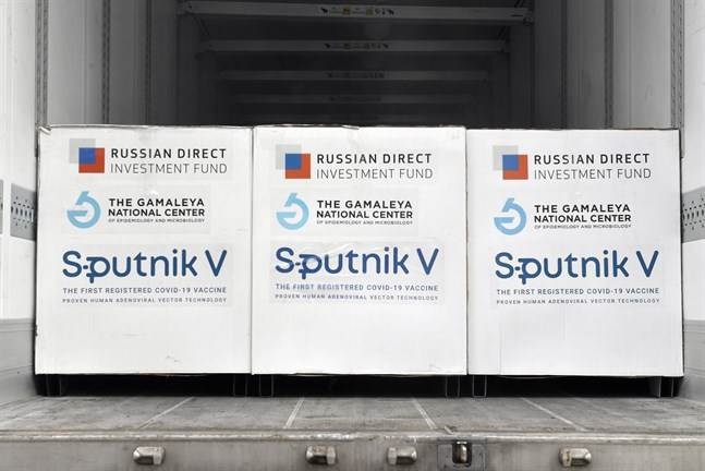 SputnikV-vaccin på väg att lastas av i Ungern, där det ryska covid-19-vaccinet fått ett nationellt nödgodkännande. Arkivfoto.