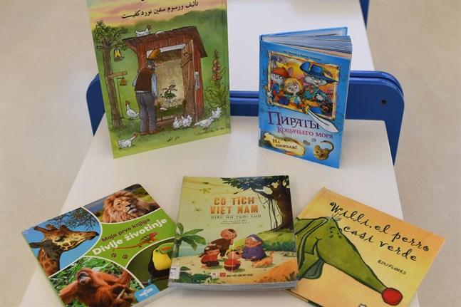Närpes stads bibliotek har böcker på bland annat arabiska, ryska, bosniska, vietnamesiska och spanska.