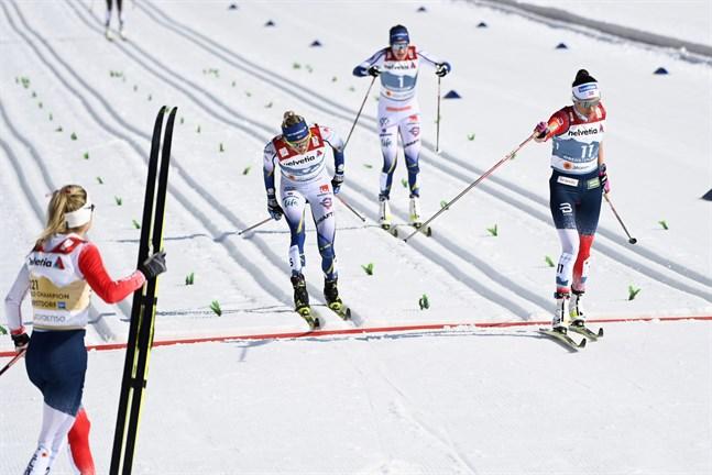 Therese Johaug såg ut som hon varit på söndagslänk efter målgång på 30 kilometer i VM. Två och en halv minut senare kom de första konkurrenterna i mål.