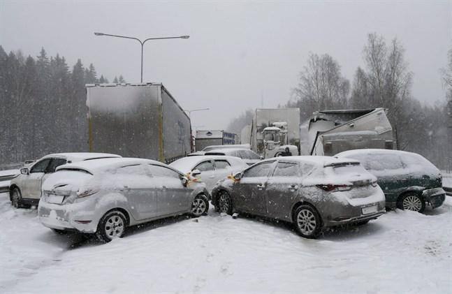 Både personbilar och långtradare krockade på Åboleden i Esbo.