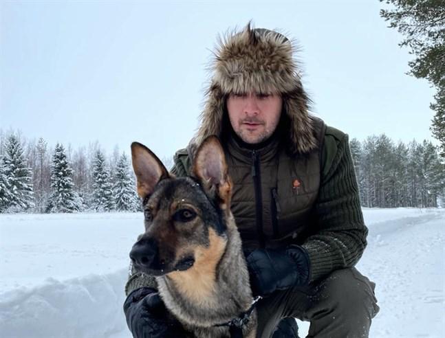 Victor Kangas är ursprungligen från Jakobstad men har bott i Larsmo ett par år. Här med hunden Troya.
