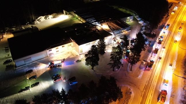 Upp emot tretton brandbilar var på plats vid möbelfabriken Varax i Pedersöre under tisdagskvällen.