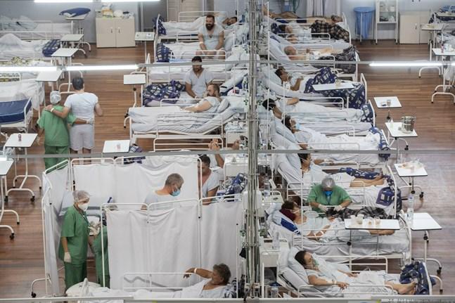 Patienter sjuka i covid-19 vårdas på ett fältsjukhus som upprättats i en idrottsarena i utkanten av São Paulo i Brasilien. Bilden togs den 4 mars.