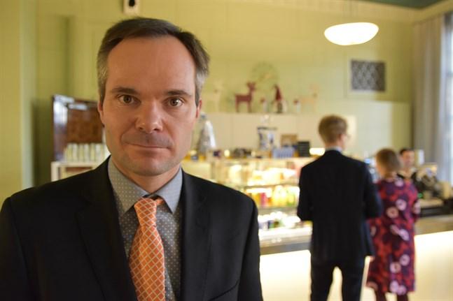 Samlingspartiets riksdagsgrupps ordförande Kai Mykkänen säger till Helsingin Sanomat att han inte ser vitsen med att begränsa människors rörelsefrihet utomhus.