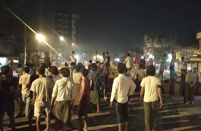 Människor trotsar det nattliga utegångsförbudet i Rangoon, Myanmar, för att visa sitt stöd för omkring 200 studenter som fångats in av säkerhetsstyrkor i ett bostadsområde under natten.