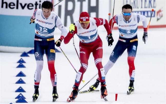 Johannes Hösflot Kläbo, till vänster, var först i mål på femmilen men diskades efteråt på grund av den här incidenten, då Aleksandr Bolsjunovs stav gick av i början av upploppet. I bakgrunden Emil Iversen.