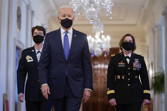 USA:s president Joe Biden med generalerna Jacqueline Van Ovost ( till vänster) och Laura Richardson (till höger).