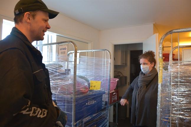 Kim Mäntymäki kommer med varuleveranser till Seaside. Jeanette Nygård konstaterar att det behövs mycket take away-förpackningar just nu.