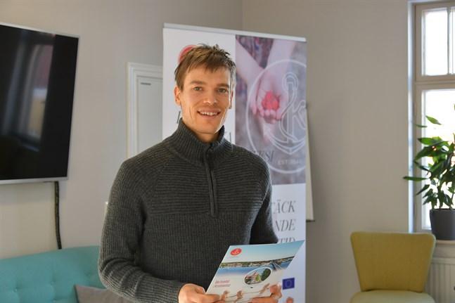 Företagsrådgivare Anthony Hannus vid Kristinestads näringslivscentral lanserar stödform som ska uppmuntra unga att bli egenföretagare.