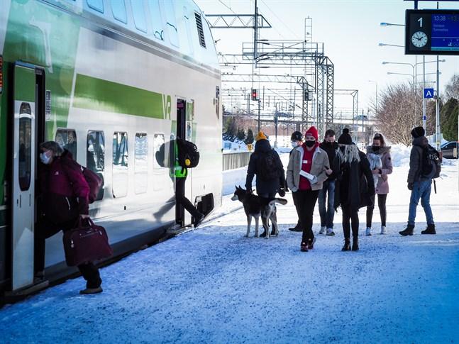Arkivbild: Ett Intercitytåg vid Karleby tågstation. VR går in för att halvera antalet passagerare ombord på tågen.