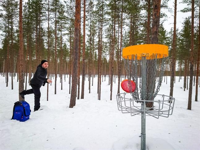 Kristoffer Sundsten har inte spelat på Sandskata frisbeegolfbana många gånger men han förstår varför banan och naturområdet blivit så populärt.