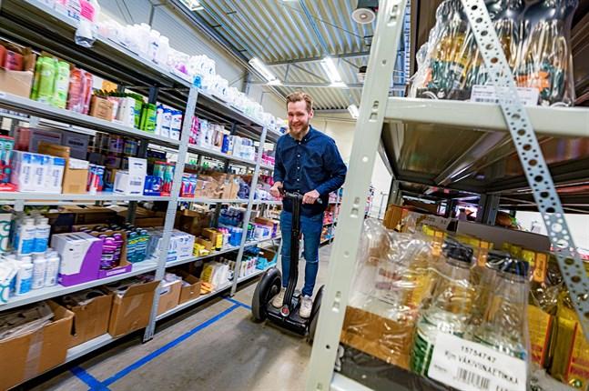 Det är högt till tak och det finns fortfarande rum för tillväxt i industrihallen som fungerar som centrallager för Bodenbox. Jakob Karf fyller på med omkring hundra nya varor i veckan.