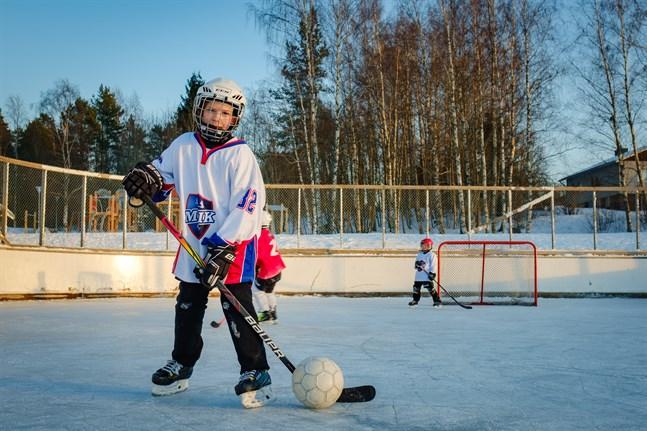 Melker Eng spelar gärna ishockey.