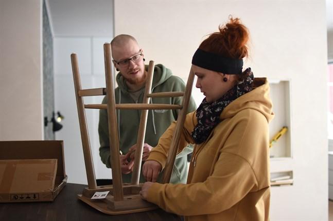 Simon Nissén och Lisette Nissén ser fram emot att lämna det stora huset i Finby bakom sig, och påbörja ett nytt liv i lägenheten i Pörtom.
