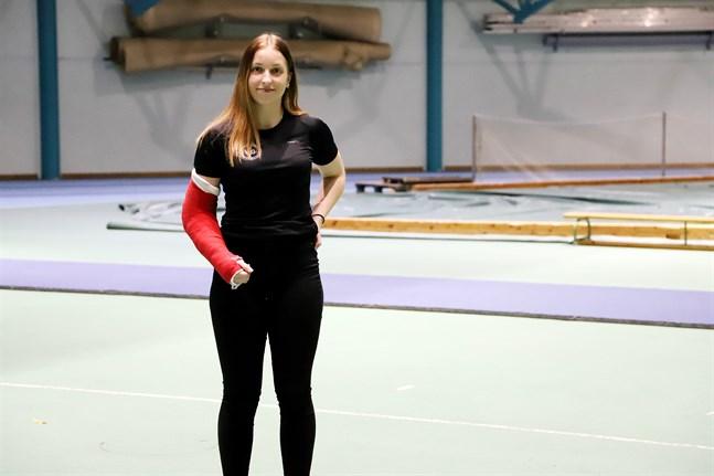 På måndag får Elin Källberg ta bort gipset och efter det börjar hon vägen tillbaka från skadan – med siktet inställt på att vara tillbaka i toppform inför säsongen 2022.