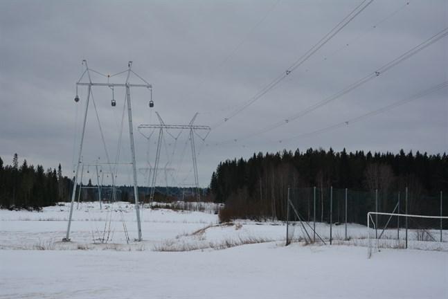 CPC:s nya kraftledning (till vänster) följer Fingrids ledningsgata i Korsbäck. Under den närmaste stolpen ska pålningsstolparna väck. Orsaken är att stolparna innehåller kreosotolja och ligger på grundvattenområde.