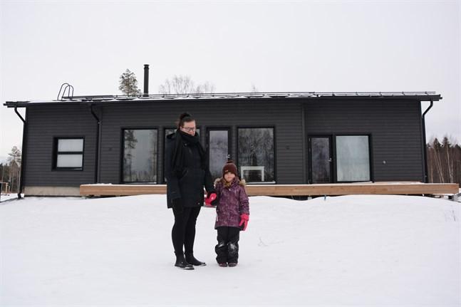 Lina Ellfolk och dottern Lilja Mäkitalo känner sig redan hemmastadda i nya huset. Flyttlasset gick för två veckor sedan.