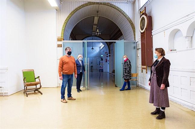 Asko Muilu, Brit Stenman, Jaana Erkkilä-Hill och Ingela Bodbacka-Rak gläder sig över att Nordiska konstskolan i Karleby ska få liv igen.