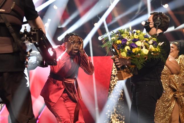 Tusse Chiza kan inte tro sina ögon när han belönas med sångfågelstatyetten efter att ha vunnit Melodifestivalen.
